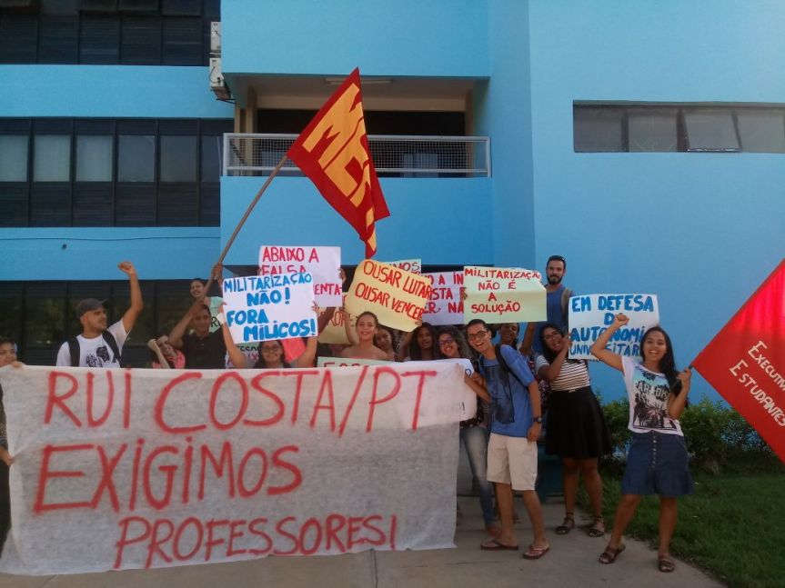 Estudantes de pedagogia exigem mais professores emJuazeiro!